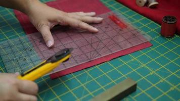 manos de mujer, haciendo su patchwork con regla video