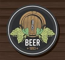 Barril de cerveza con lúpulo en fondo de madera