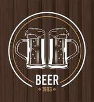Tazas de cervezas en fondo de madera