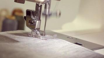 Primer plano de la aguja en movimiento de la máquina de coser trabajando video