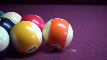 Gros plan de boules de billard sur la table de billard video