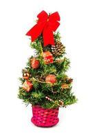 pequeño árbol de navidad sobre fondo blanco foto