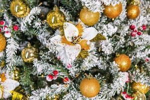 árbol de navidad decorado de cerca con adornos dorados