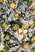 Close-up de árbol de Navidad decorado con adornos dorados