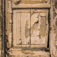 Puerta de madera con pintura descascarada para textura o fondo foto