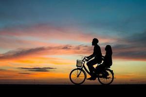 silueta, de, pareja joven, juntos, durante, ocaso