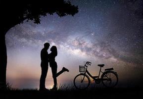 silueta, de, pareja joven, juntos, durante la noche