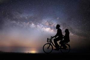 silueta, pareja joven, enamorado, disfrute, buen tiempo, juntos, durante, vía láctea