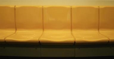 silla amarilla en tren eléctrico