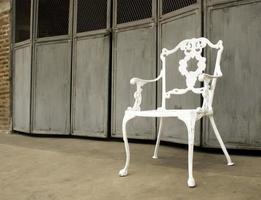 silla blanca contra puertas rústicas foto