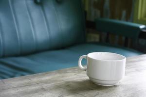 taza de café en la mesa de café foto