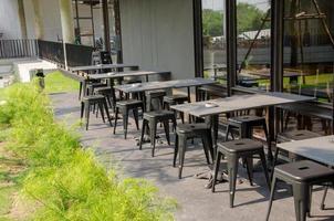sillas fuera de una cafetería