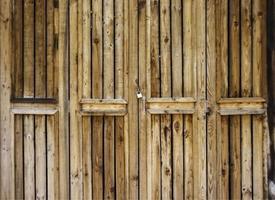 puertas de madera sucias