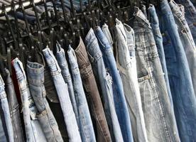 jeans colgando de la rejilla