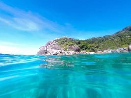 hermoso mar azul de la isla en tailandia foto
