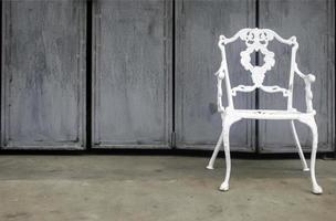 silla de metal blanco