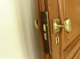 Pomo de puerta vintage en puerta de madera foto