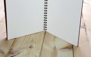 cuaderno abierto de pie sobre la mesa