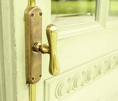 Pomo de puerta vintage en puerta verde foto