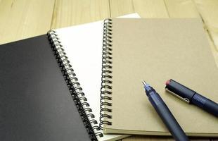 bolígrafos y cuadernos
