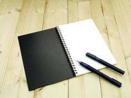 cuaderno y bolígrafos