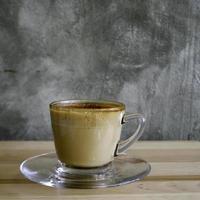 café con leche en taza transparente