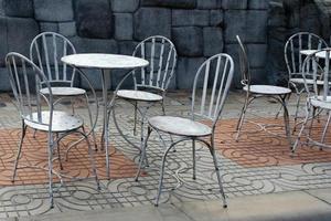 mesa y sillas de metal