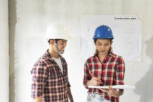 jóvenes ingenieros asiáticos con cascos en