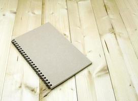 cuaderno de espiral en la mesa