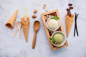 varios sabores de helado en tazones foto