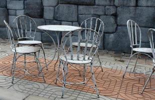 mesa y sillas de metal al aire libre