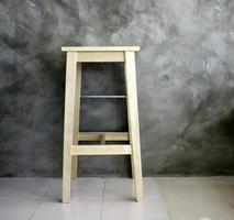 taburete de madera sobre fondo gris