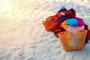 sombrero de paja y bolso en la playa