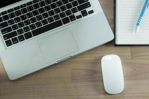 computadora portátil y mesa