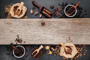 granos de café tostados con pala