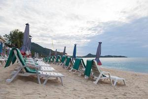 sillas en la playa en tailandia foto