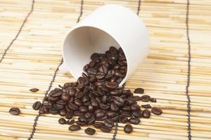 taza de café con leche con granos de café