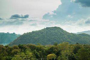 bosque, montañas y cielo foto