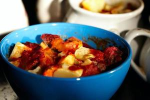 carne y patatas en un bol foto