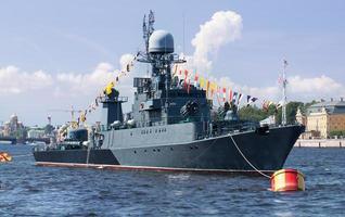 S t. Petersburgo, Rusia, 2020 - barco militar en el río foto
