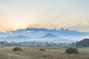 pradera y montañas al amanecer foto