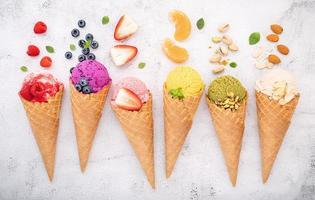 varios de sabor de helado en conos