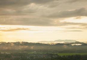 montañas y nubes al amanecer foto