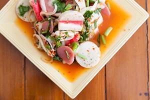 ensalada picante mixta tailandesa