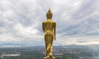 buda sobre la ciudad en tailandia foto
