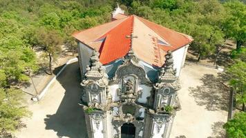 foto de drone da igreja de santa marta em braga, portugal video