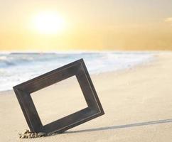marco de fotos en la arena