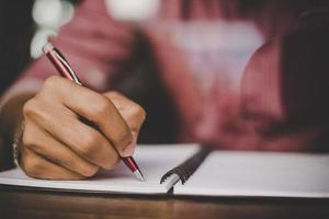 hipster, mano derecha, escritura, en, cuaderno
