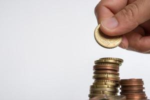 monedas sobre fondo neutro foto