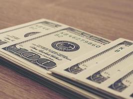 billete de dólar en la mesa foto